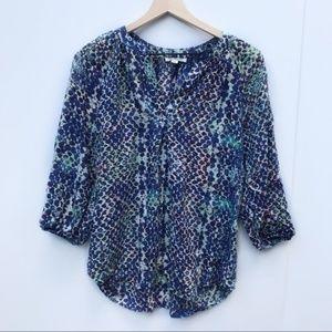 BEACHLUNCHLOUNGE- Spotted v-neck blouse